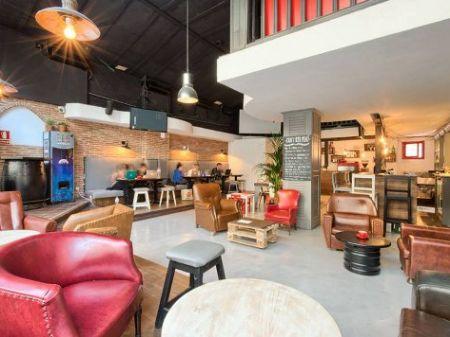 Bar gorilla ambiente relajado e internacional en este for Muebles alcaniz
