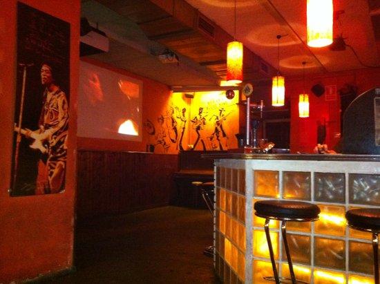 Bonobo un animado bar de copas en gracia for Tomar algo en barcelona noche