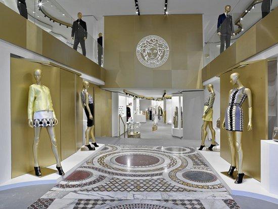 Versace Lleva Su Moda De Lujo A Su Tienda Del Paseo De Gracia De Barcelona