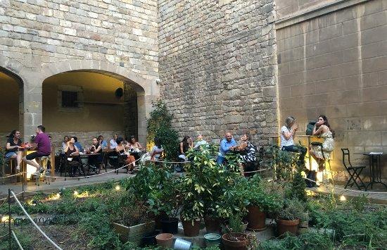 El jard un agradable caf con una estupenda terraza en for Hotel jardi barcelona