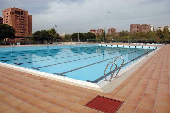 Polideportivo barrio del pilar piscina f tbol y voley for Piscina polideportivo