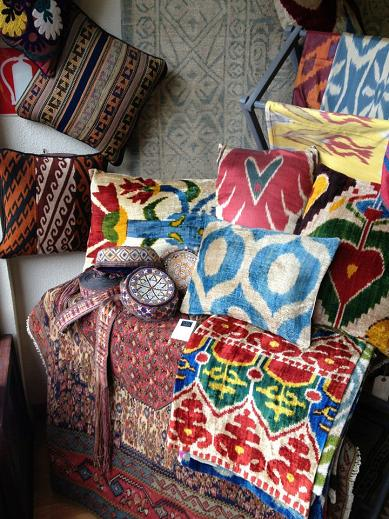 Tailak en Madrid: Cojines ikat de seda, kilims y cientos