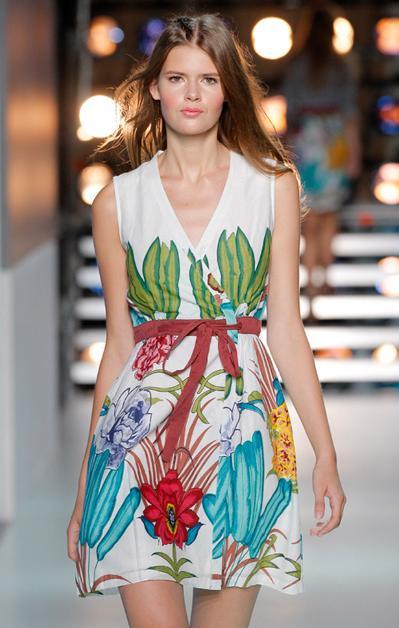 Vestidos muy frescos y femeninos, con colores potentes y detalles como lazadas o crochets son las prendas más destacables de la misma.