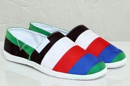 Sus tonalidades en verde, rojo, azul, naranja, amarillo, negro y blanco hacen del modelo un zapato vistoso, que combina con casi todo y que nos invita a que