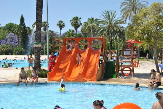 5 piscinas en valencia para disfrutar del verano for Piscina parque benicalap