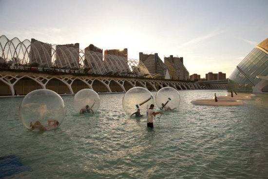 http://www.dolcecity.com/valencia/2015/07/puedes-ir-en-barca-kayaks-y-bolas-de-agua-por-la-ciuda.asp