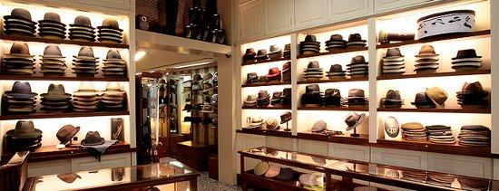 Uno de los locales especializados en sombreros en Barcelona es la sombrerería  Mil e95821e7a15