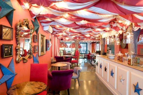 Los mejores bares y tiendas para ir en familia en barcelona - Decoracion de bares tematicos ...