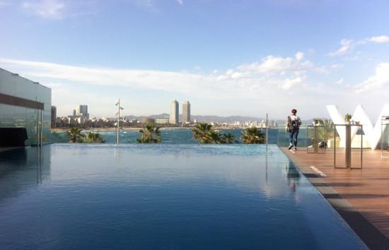 W barcelona presenta su nueva terraza sun deck con una for Piscina hotel w santiago