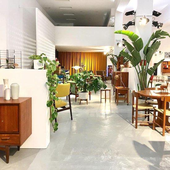 el recibidor lleva sus muebles vintage a un amplio espacio