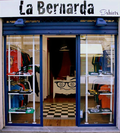 54bc5f057148c Se trata de una tienda dedicada 100% a las camisetas ubicada en la calle  Iparragirre
