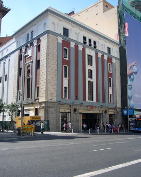 el antiguo teatro avenida aloja la nueva tienda hum en gran va