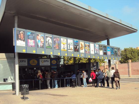 11dc2110333 Es una razón más para acudir a estos cines de extraño emplazamiento, como  en lo alto de un montículo, cerca de la estación sur de autobuses, ...