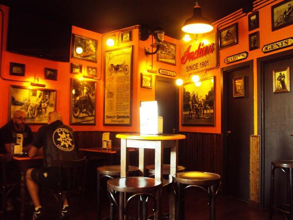 Dakota custom bar un bar de moteros con decoraci n brutal en madrid - Como decorar un bar pequeno ...