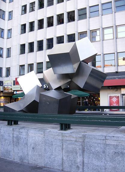Por qu hay unos cubos en la plaza de los cubos de madrid for Plaza los cubos madrid