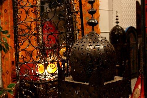 enconars lmparas de piel tanto para colgar como para el suelo pufs de todos los colores joyas muy exticas teteras morunas alfombras perfumes y henna