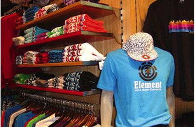 271073da0c18e La verdad es que no son pocas la tiendas que venden ropa de inspiración  surfera
